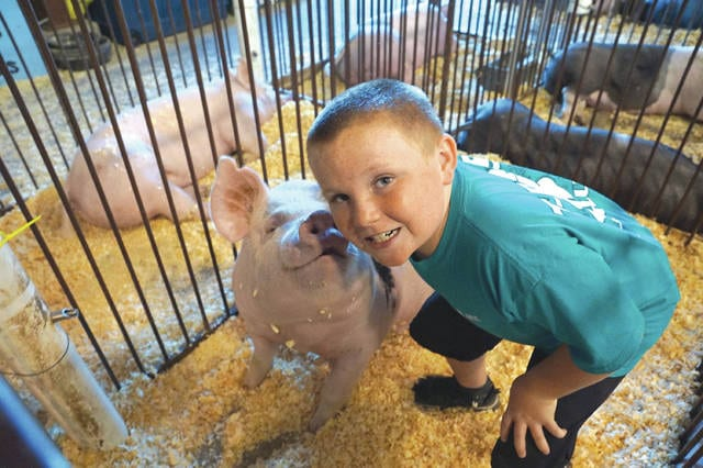 Blake Faris takes time for photo with his favorite pig as he prepares for the first day of competition.